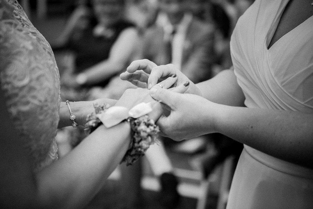 Omdoen ringen bij bruid en bruid