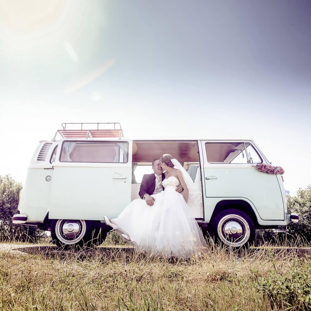 Trouwfotograaf spontane trouwfoto in volkswagen busje