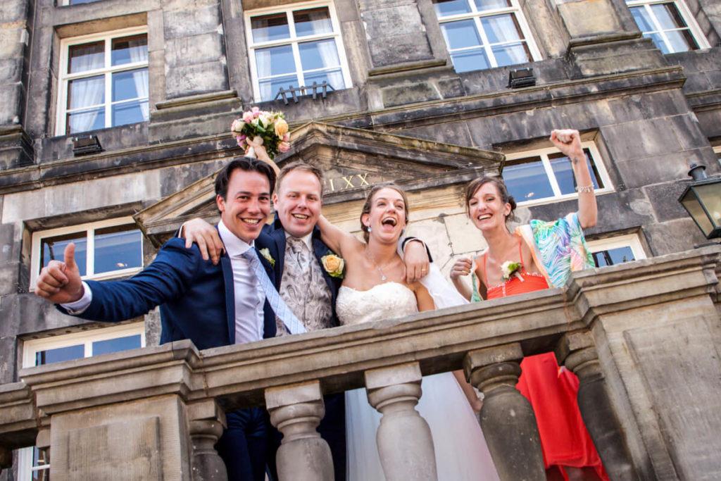 Trouwfoto op het bordes van het stadhuis van Den Bosch