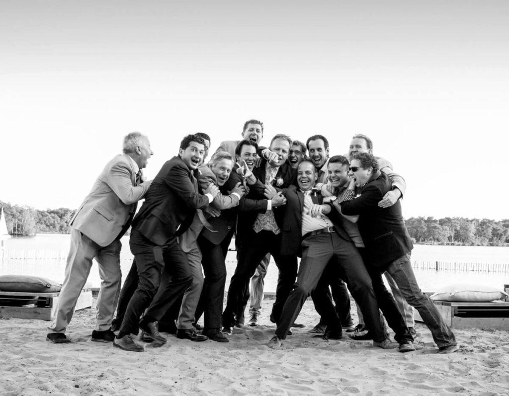Spontane trouwfoto van groep tijdens trouwdag
