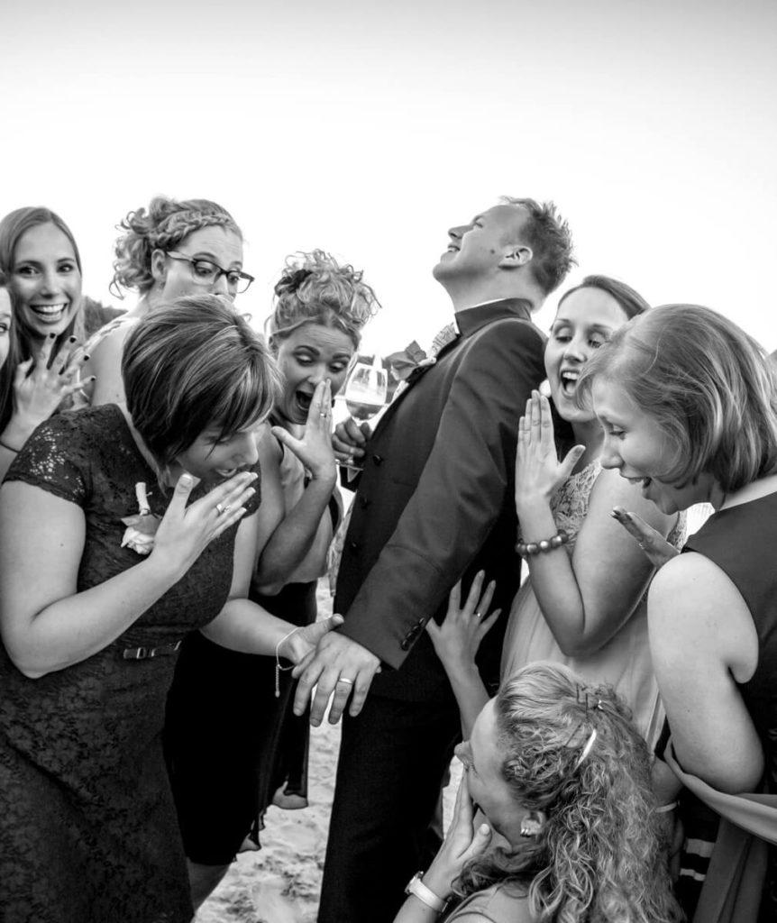 Trouwfoto van bruidegom met trouwring