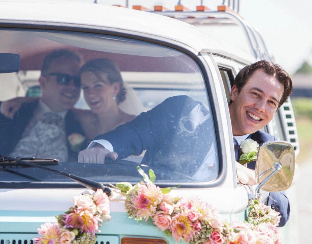 Trouwbus brengt bruidspaar naar stadhuis voor het JA-woord