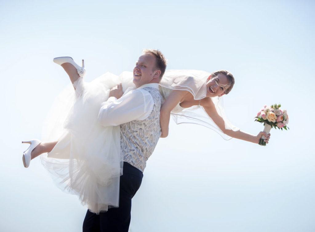 Bruidegom tilt Bruid op schouder
