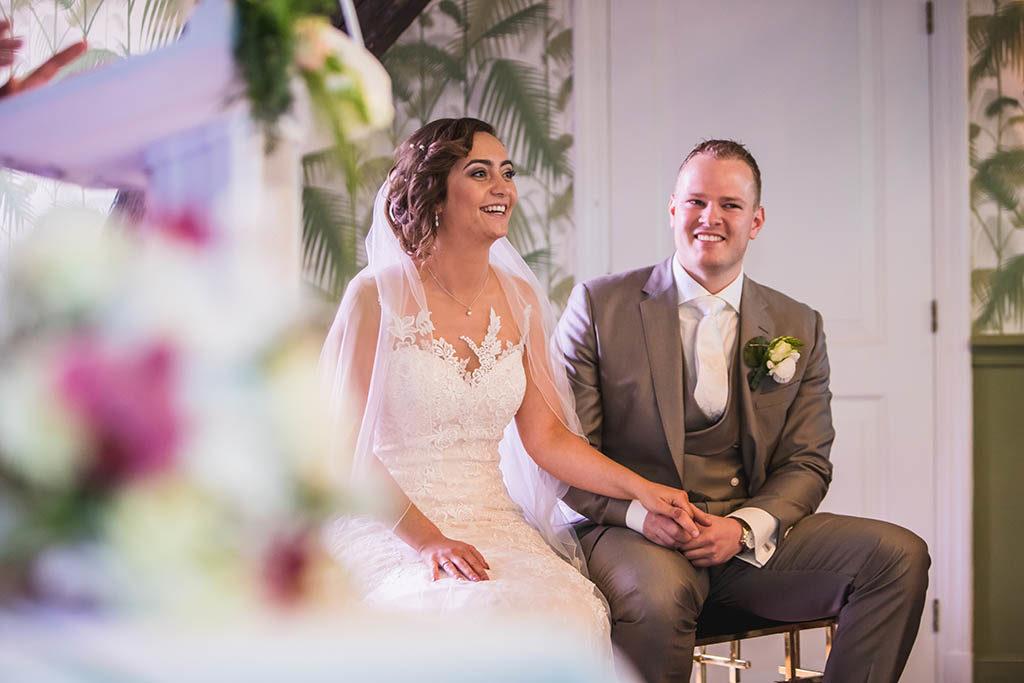 Bruidspaar in spanning tijdens huwelijksceremonie