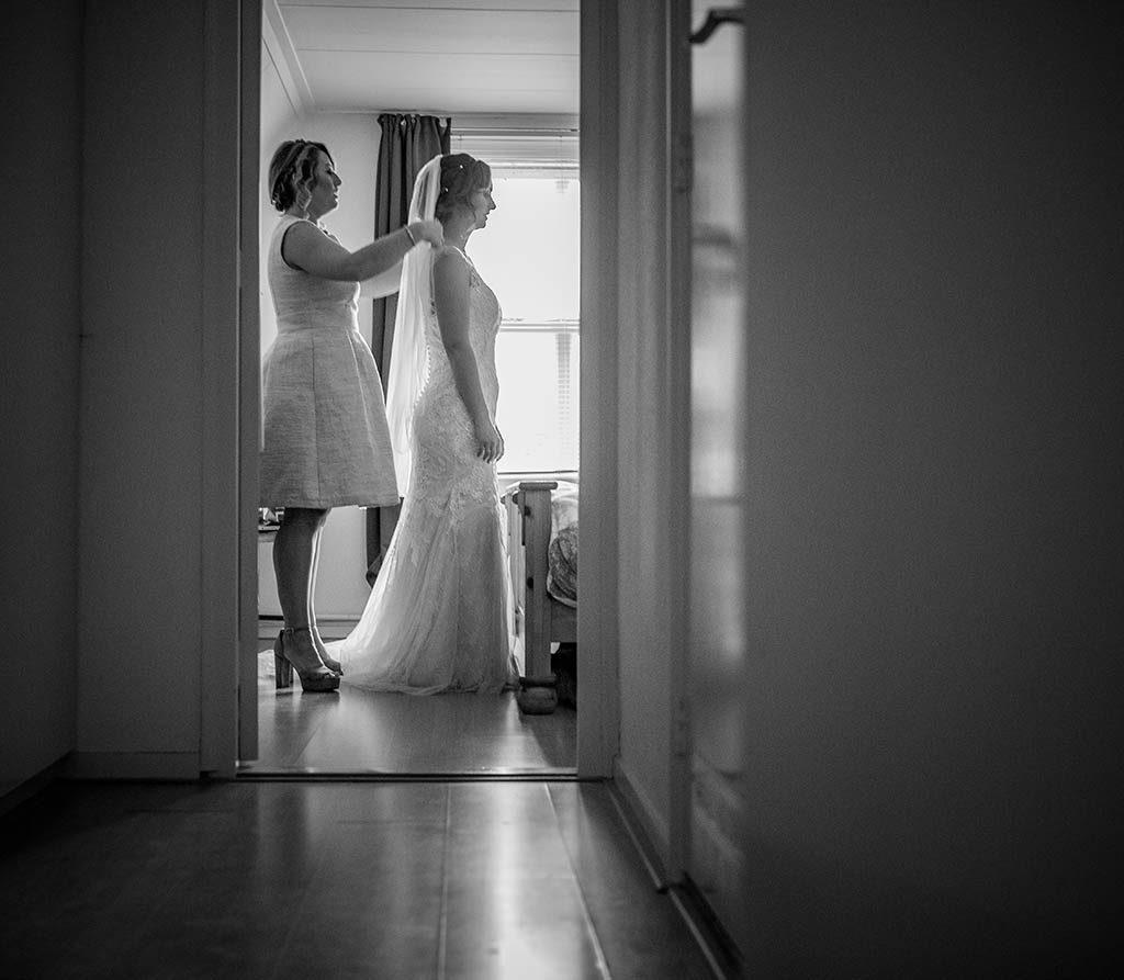 Bruid Nikkie bereid zich voor op de trouwdag bij haar moeder thuis in Heusden