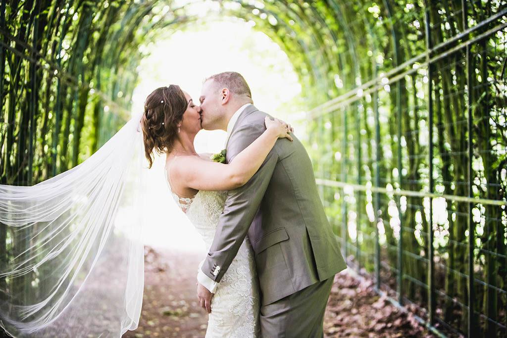 Foto bruidspaar tijdens fotosessie, fotograaf maakt foto's in het Land van Ooit in Drunen
