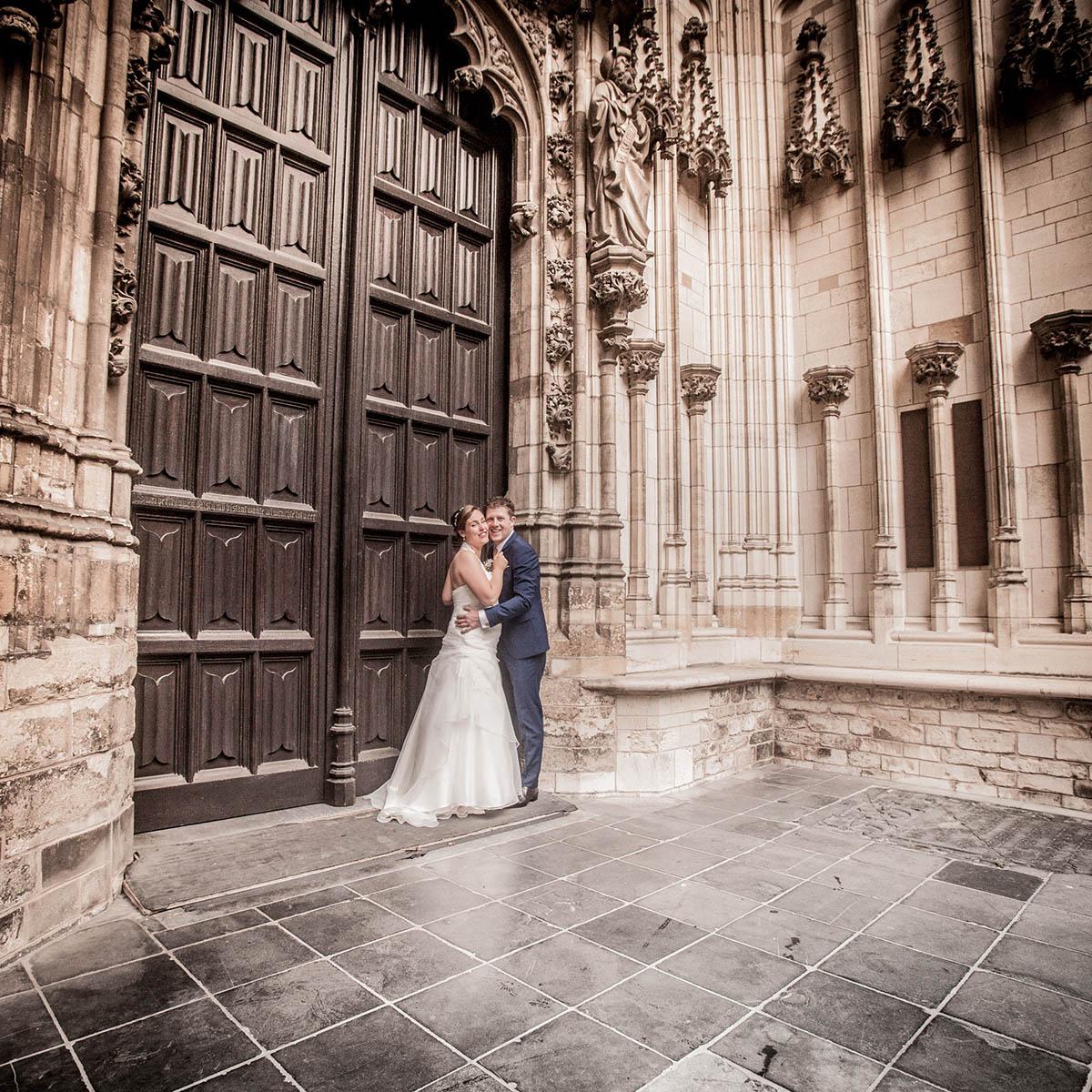 Bruidsreportage in Den Bosch bij St Jan gemaakt door professionele trouwfotograaf