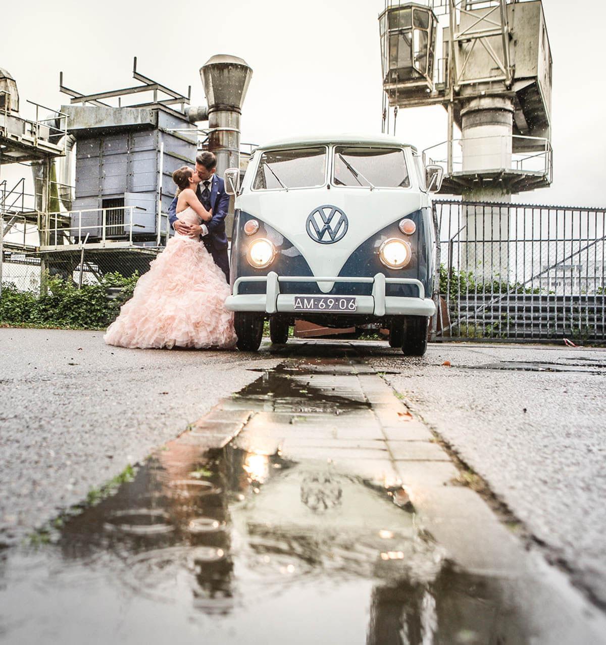 Trouwfoto op tramkade in Den Bosch met Volkswagen bus