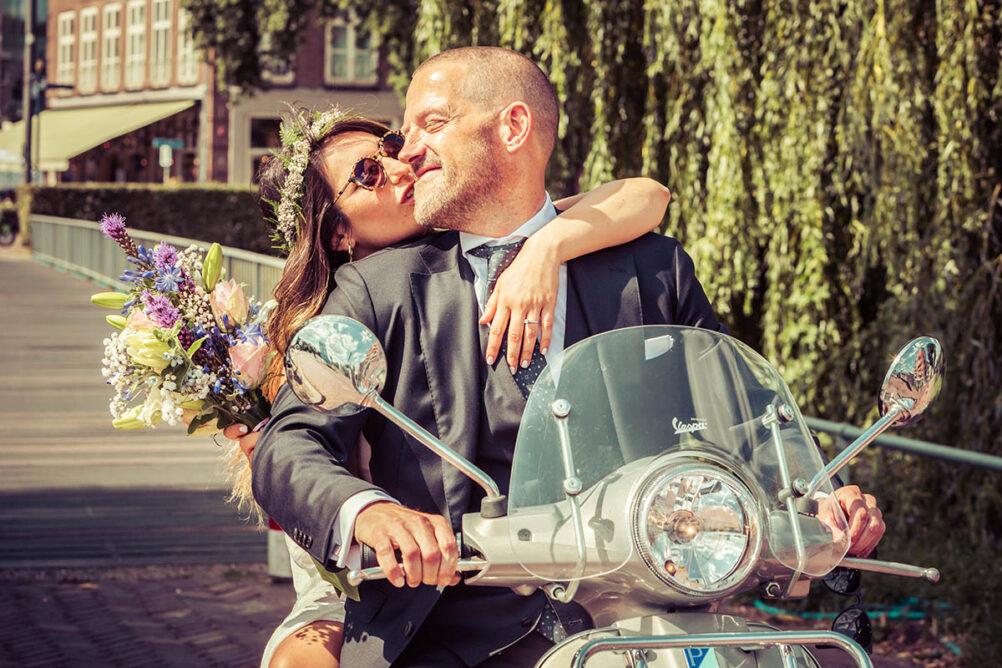 Trouwfoto op scooter Den Bosch - Bruidsfotograaf Vincent Rijkers