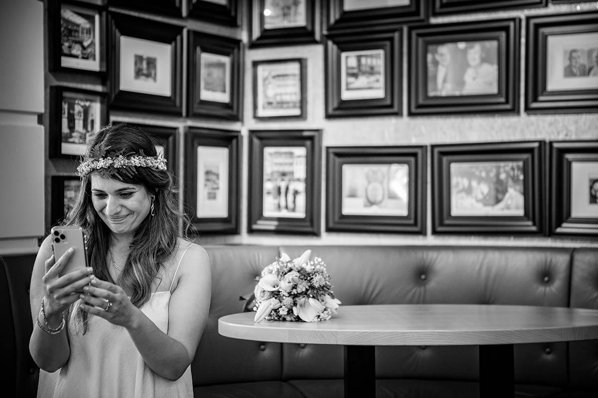 Bruid contact met familie tijdens trouwdag online Hotel Central Den Bosch