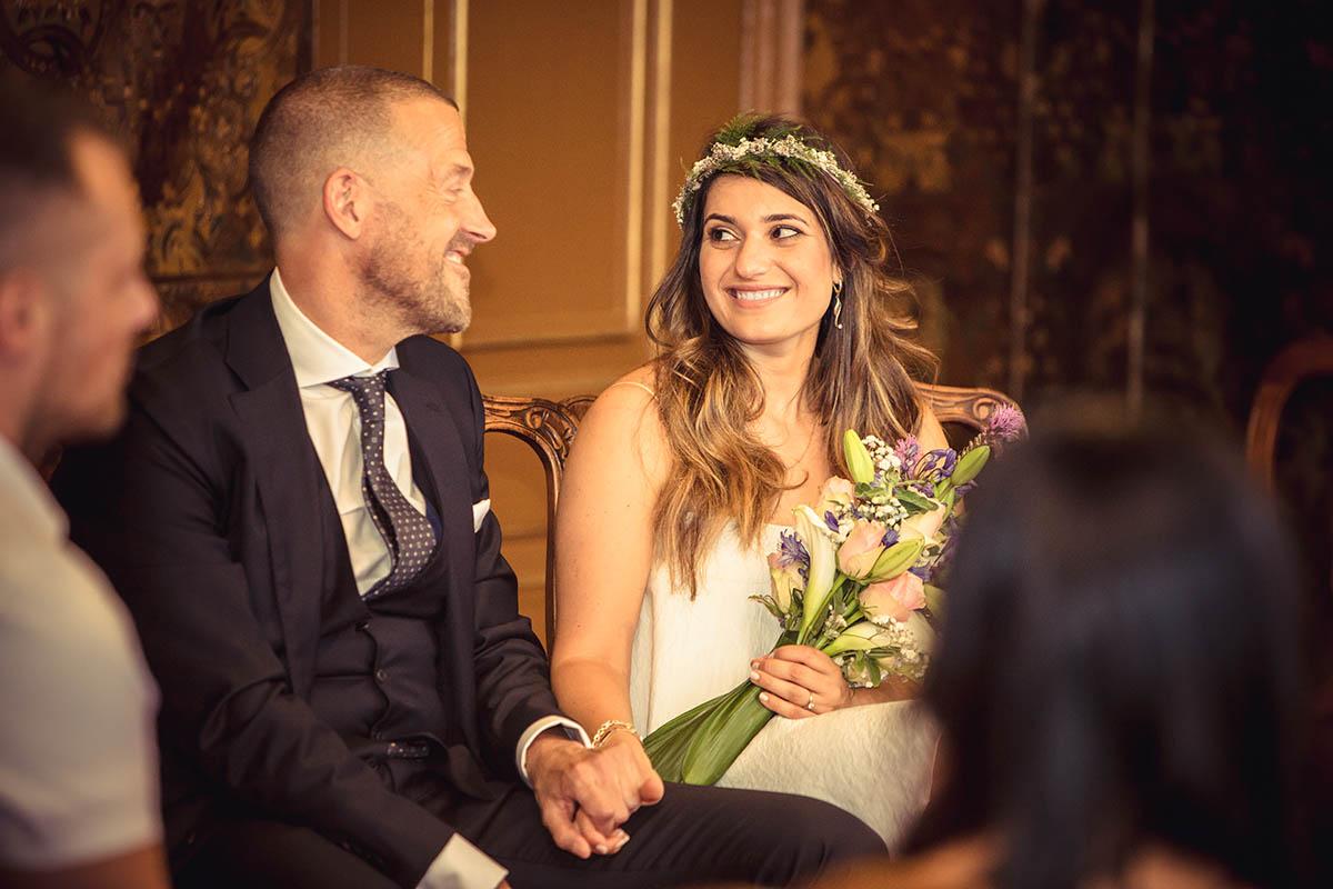 Verliefd bruidspaar tijdens trouwceremonie emotie fotografie