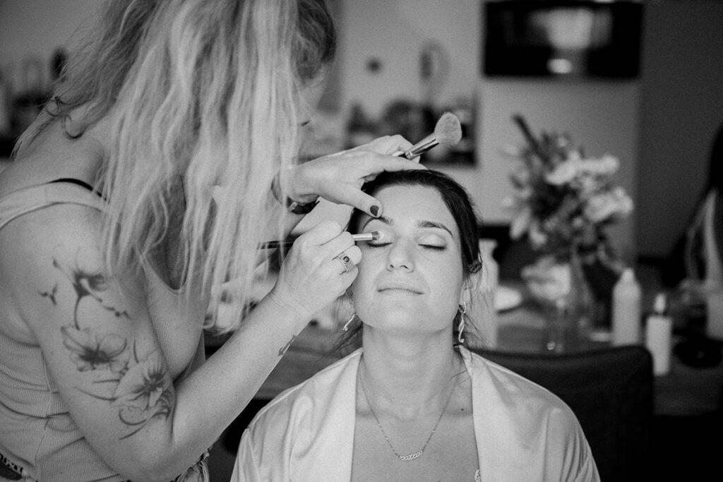 Voorbereidingen bruid op trouwdag fotografie