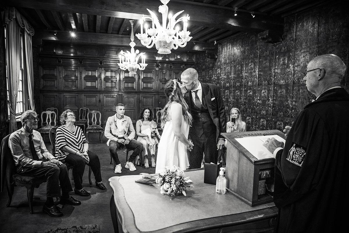 De kus na het Ja-woord op het stahuis van s-Hertogenbosch