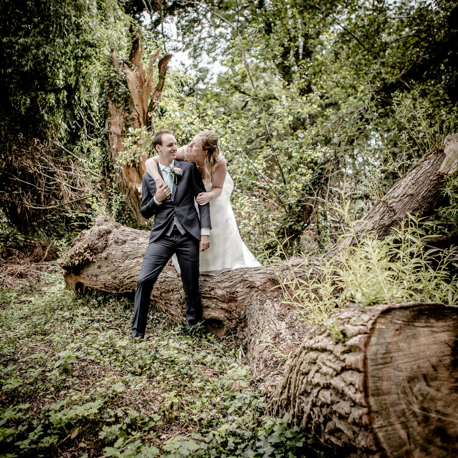 Trouwfoto's in het bos trouwfotograaf Brabant