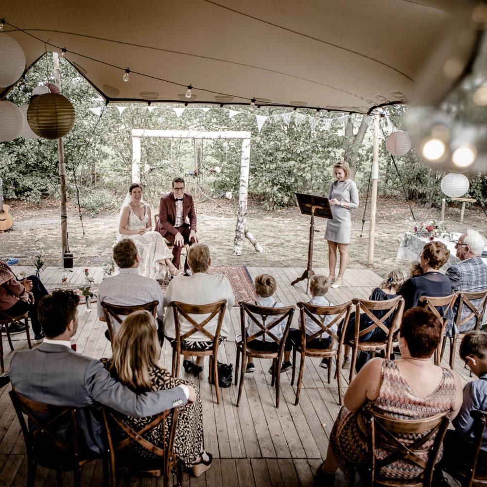 Trouwen buiten in festival stijl trouwreportage bruidsreportage