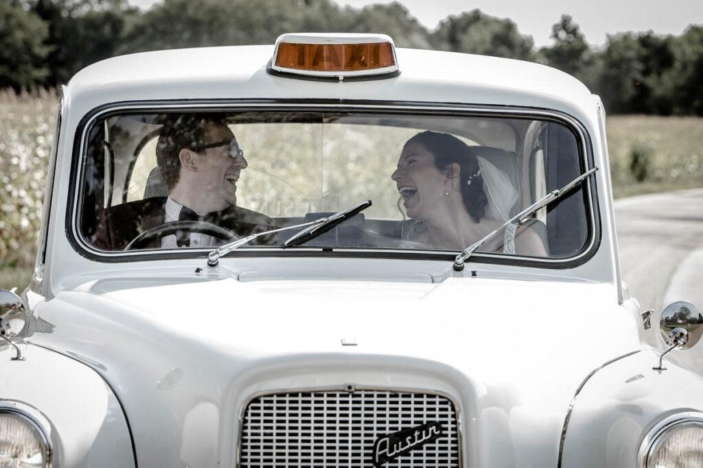 Spontane trouwfotografie in trouwauto