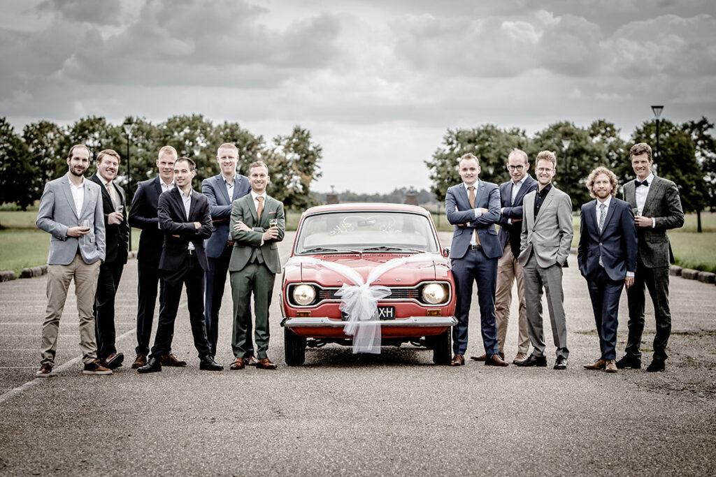 Trouwauto mannen foto toruwen trouwfotografie