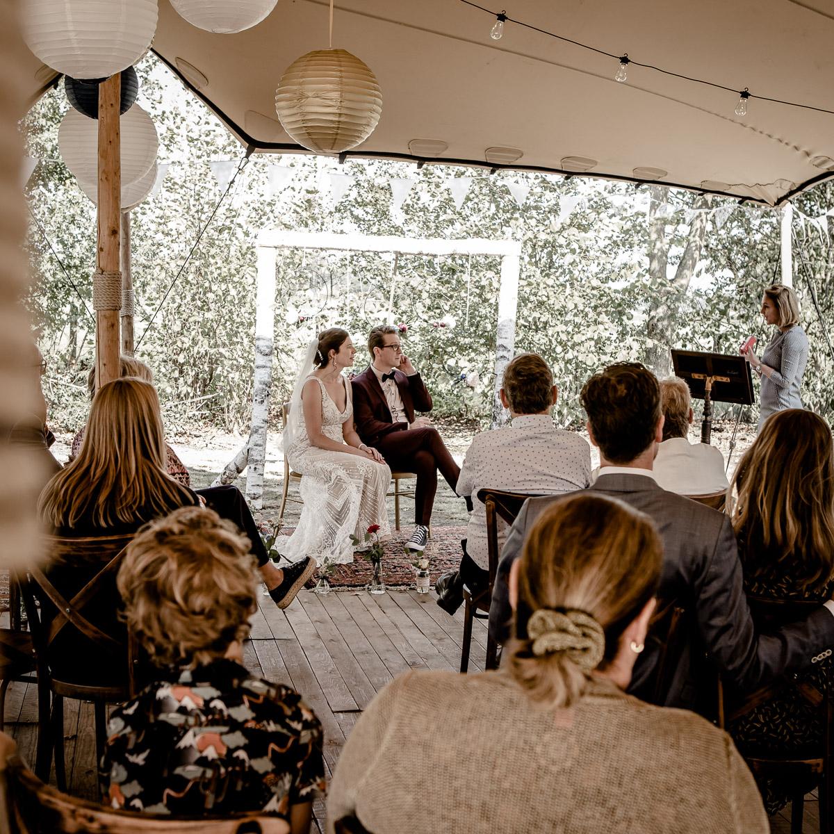 Bruidspaar tijdens trouwceremonie