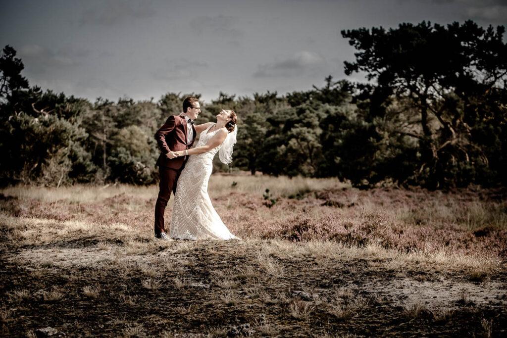 Geweldige trouwfoto bruidspaar op Hei spontaan