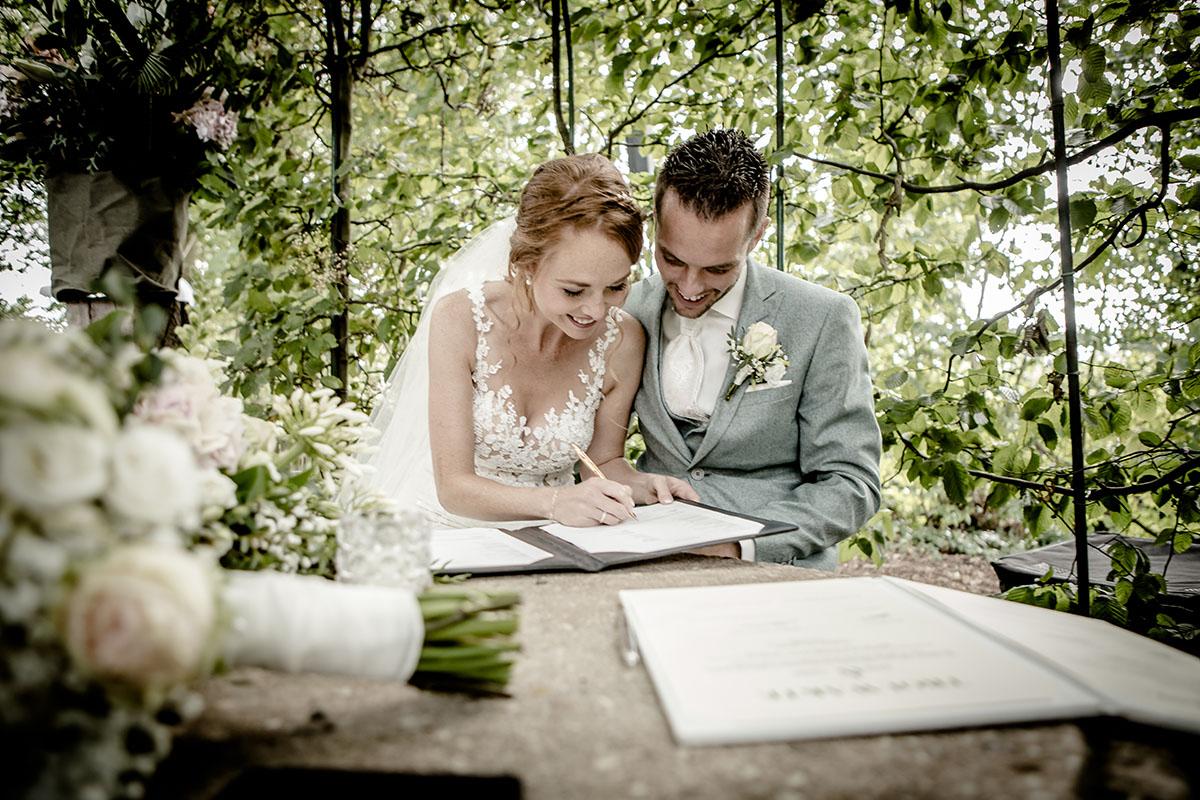 Trouwfotografie bruidspaar tijdens ceremonie