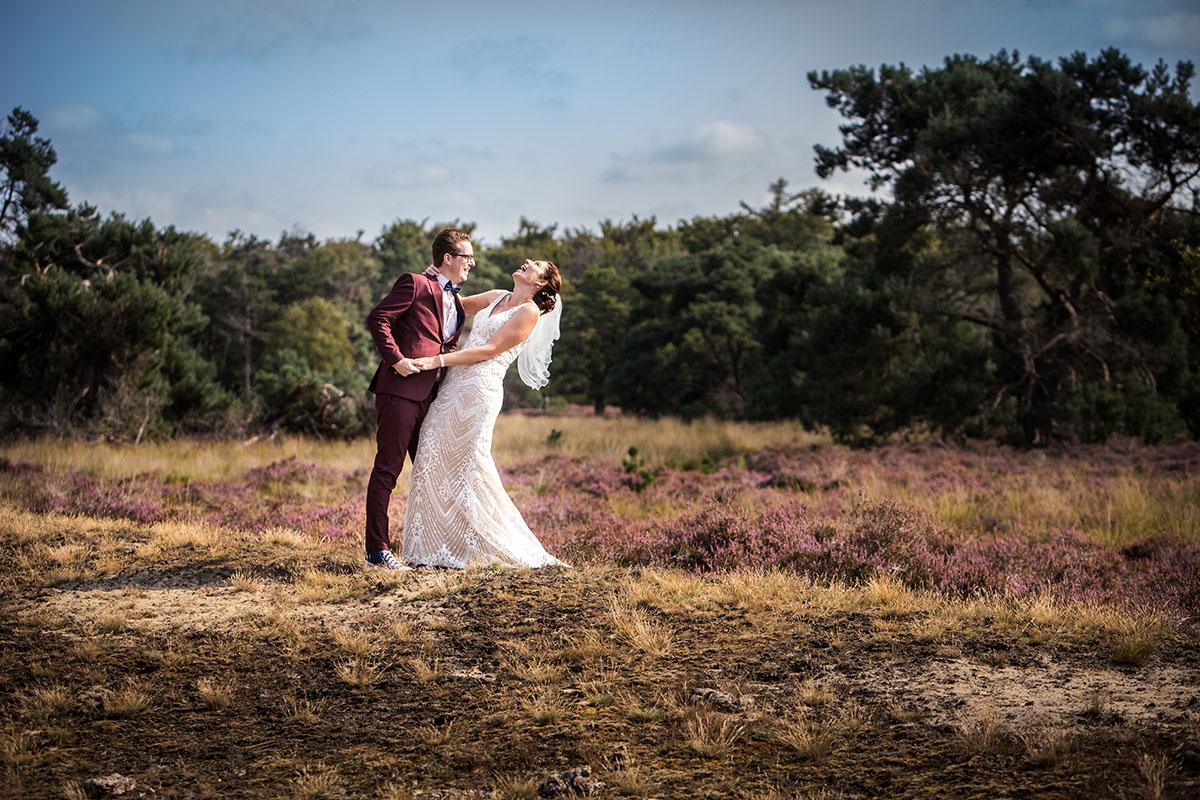 Trouw foto van bruidspaar op Hei bij Eindhoven