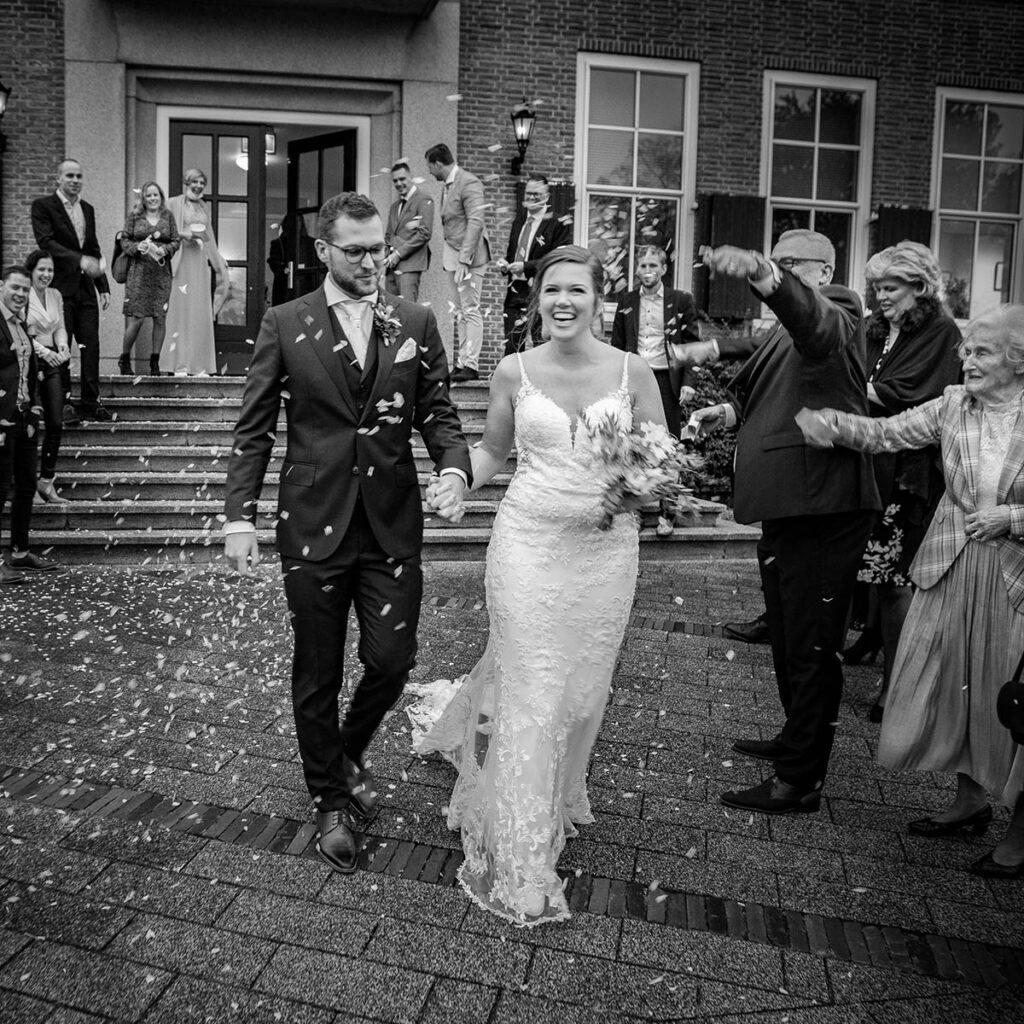 Spontane trouwfoto na trouwceremonie