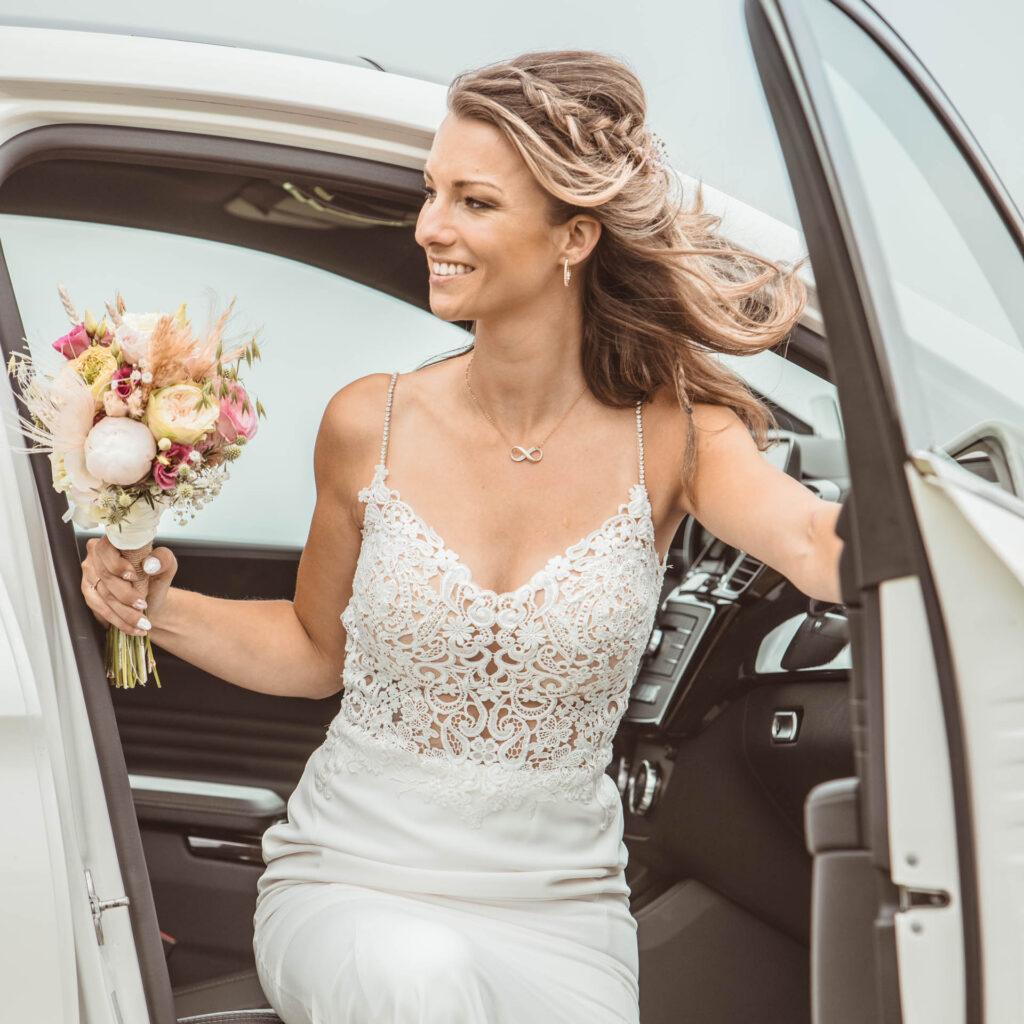 Bruid in Trouwauto